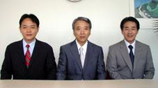 左から富沢営業部長、富沢社長、秋山常務