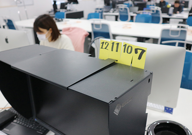 残業が月42時間を越えるとデスクのパソコンにイエローカード