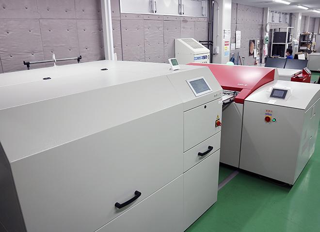 刷版の装填作業は1ヵ月あたり30回から3回へ(手前がエキスパート・ローダー)