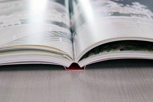本を開くと背表紙と本体の間に空洞ができ、開いたページをほぼ並行に保つことができる