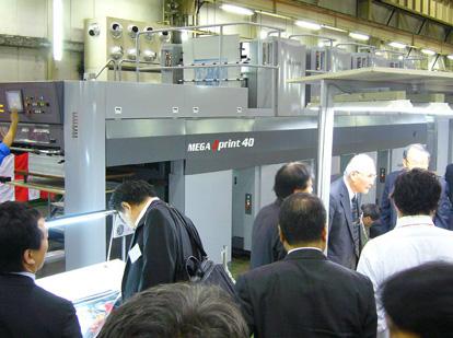 アキヤマ、LED-UV搭載の環境対応型「MEGA Jprint 440」公開