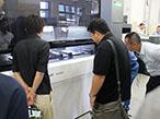 コムネット、新製品内覧会でレーザー加工機PaperOne5000披露
