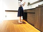 凸版印刷、体組成計と床材を組み合わせた「健康を見守る床材」